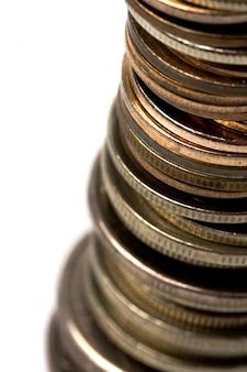 Münzenstapelnahaufnahme auf weißem hintergrund
