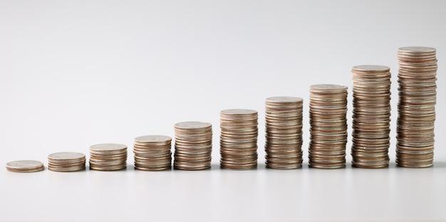 Münzstapel in aufsteigender reihenfolge auf dem tisch. kapitalerhöhungskonzept