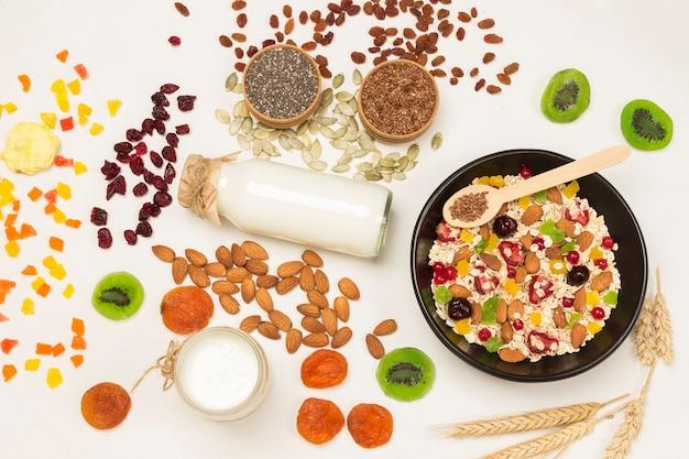 Müsli ausgewogenes proteinfrühstück. früchte beeren samen, nüsse joghurt.