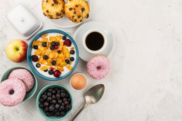 Müsli, donuts und kaffee