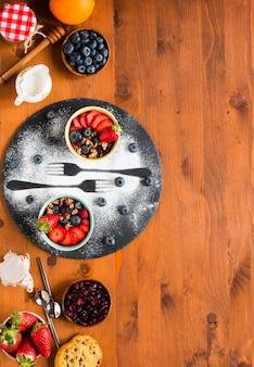 Müsli. frühstück mit müsli und frischen früchten in schalen