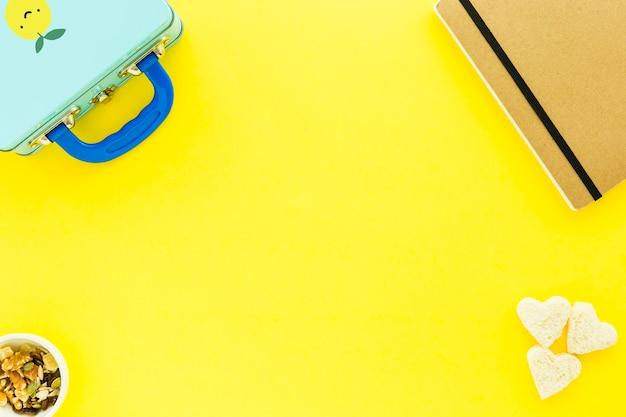 Müsli in der nähe von lunchbox und notizbuch