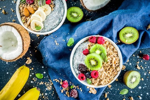 Müsli mit chiasamen joghurt, frischem obst und beeren