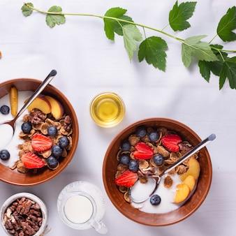 Müsli mit erdbeeren und blaubeeren, joghurt und honig