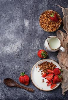 Müsli mit joghurt und erdbeeren. selektiver fokus