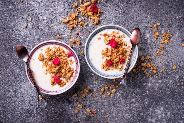 Müsli mit joghurt und getrockneten himbeeren