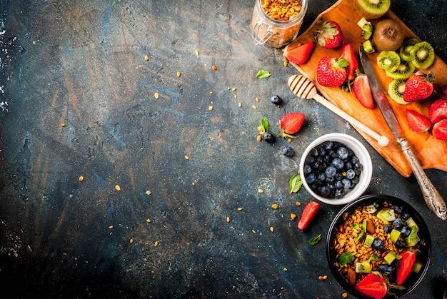 Müsli mit nüssen, frischen beeren und früchten
