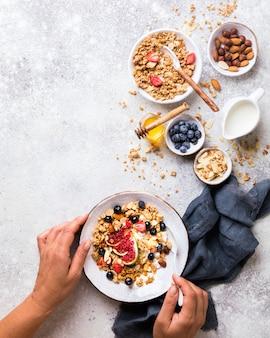 Müsli mit nussjoghurt und frischen feigenblaubeeren