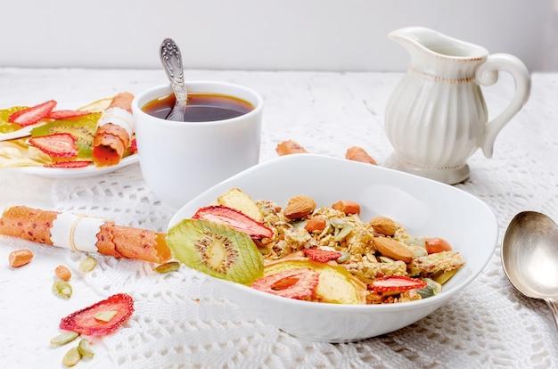 Müsli mit obst, pommes frites und kaffee