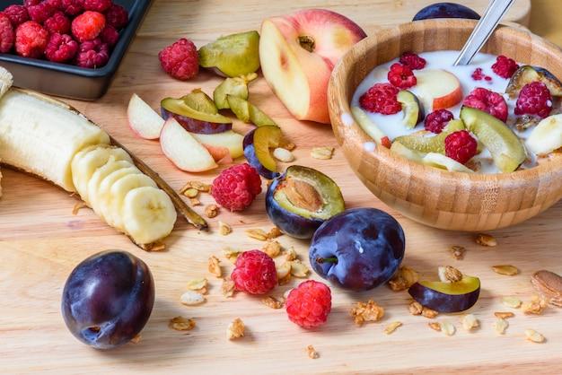Müsli mit süßen beeren, früchten und milch