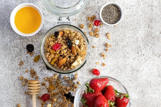 Müsli mit trockenen früchten, nüssen und honig. gesundes frühstücksset.