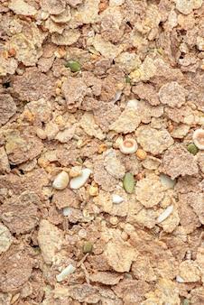 Müsli. nahaufnahme von müsli, frühstückszerealien auf dem tisch verstreut. gesundes essen-banner
