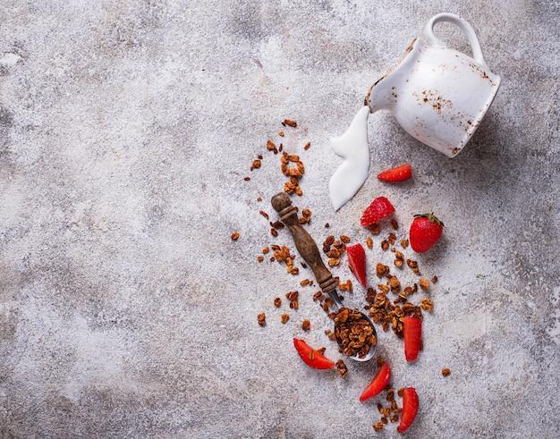 Müsli und erdbeere, gesundes frühstück
