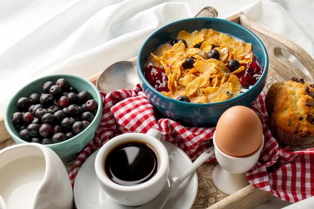 Müsli und gekochtes ei auf tablett