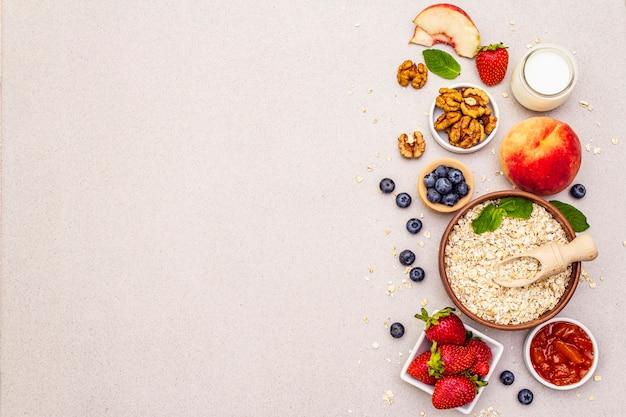 Müsli und verschiedene leckere zutaten zum frühstück