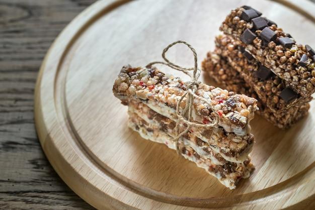 Müsliriegel mit getrockneten beeren und schokolade