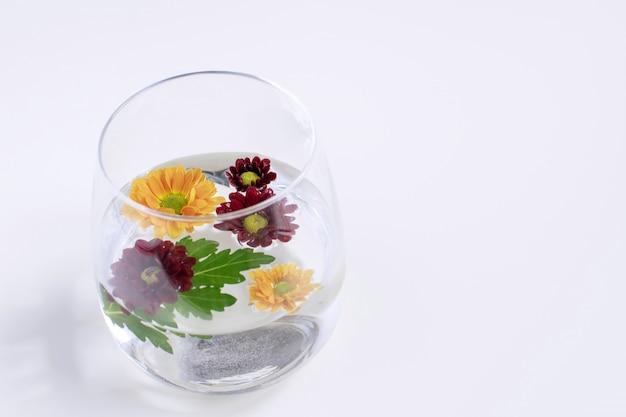 Mütter blumen in transparentem glas