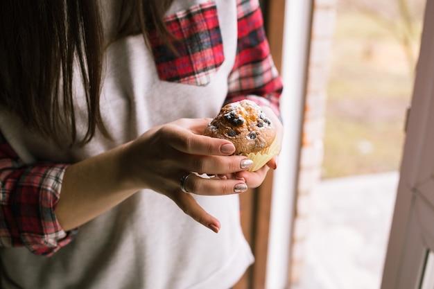 Muffin auf mädchenhänden. nahansicht.