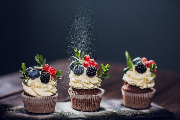 Muffin dekoration. kein puderzucker. konditorin wirft pulver