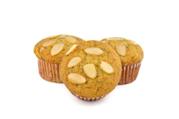 Muffin-kuchen mit mandel auf weiß