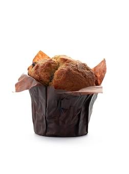 Muffin mit rosinen nahaufnahme isoliert auf weißem hintergrund