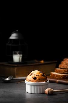 Muffin mit schokoladenstückchen und honig