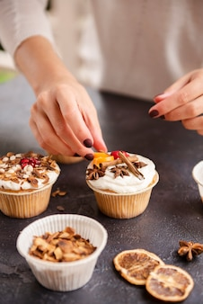 Muffin mit zuckerguss und zimt