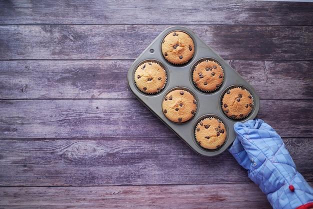 Muffin und backblech auf dem tisch