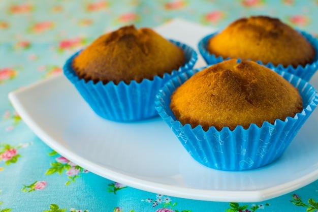 Muffins auf blauem hintergrund
