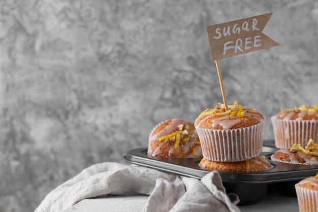 Muffins auf tablettanordnung