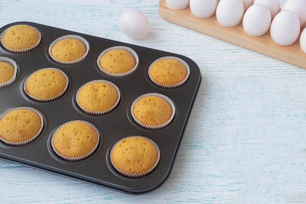 Muffins aus frisch gebackenem weißmehl in eine auflaufform legen