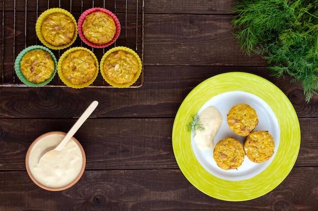 Muffins aus kohl mit schinken und käse. sauerrahm-sauce. die draufsicht