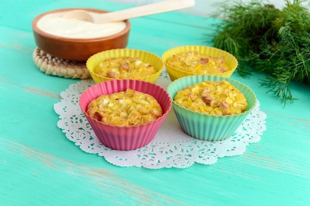 Muffins aus kohl mit schinken und käse. sauerrahm-sauce.