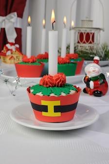 Muffins in form von weihnachtsblumencreme und marzipan