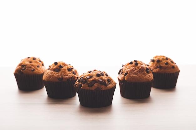 Muffins mit einem weißen hintergrund auf einem holztisch