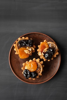 Muffins mit getrockneten früchten auf holzbrett