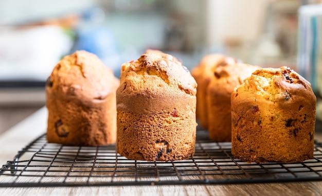 Muffins mit getrockneten früchten auf schwarzem metallgitter hausgemachtes back- oder bäckereikonzept