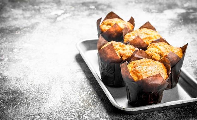 Muffins mit honig und nüssen auf dem brett. auf einem holztisch.