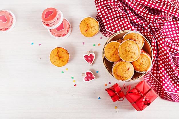 Muffins mit kürbis. cupcakes mit valentinstag dekor. flach liegen. ansicht von oben.