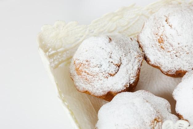 Muffins mit puderzucker und rosinen