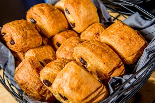 Muffins mit rosinen auf holzoberfläche