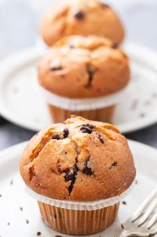 Muffins mit schokolade auf weißer schale auf keramik