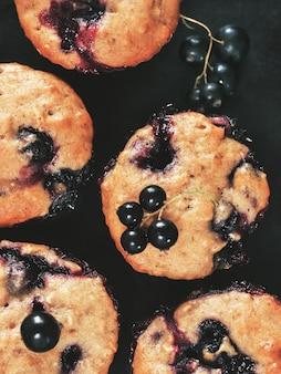 Muffins mit schwarzer johannisbeere