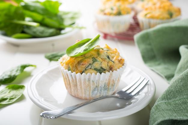 Muffins mit spinat, süßkartoffeln und käse