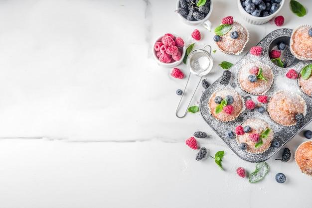 Muffins oder cupcakes mit beeren