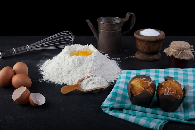 Muffins und kochutensilien