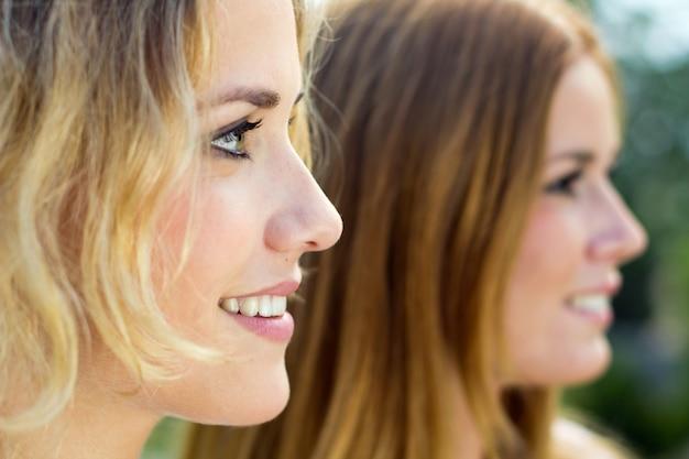 Mujer femenino pareja joven alegria