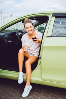 Mujer hablando por teléfono dentro de un coche
