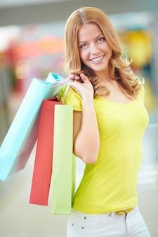 Mujer joven divirtiéndose en el centro comercial