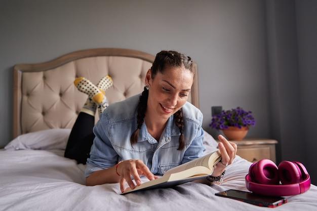 Mujer leyendo sobre en su dormitorio